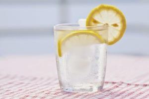 Topla voda sa limunom ujutro