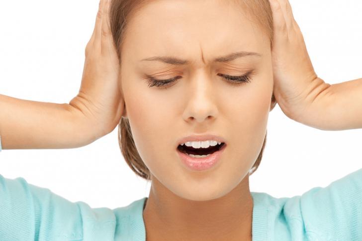 Zujanje u ušima i u glavi - simptomi i lečenje